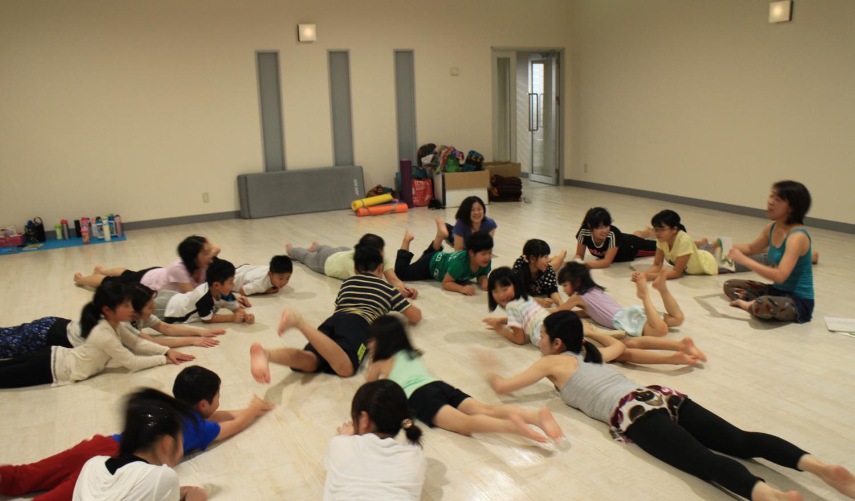 ヨガを通して、大人と子どもが共に楽しみ学び、触れ合う。